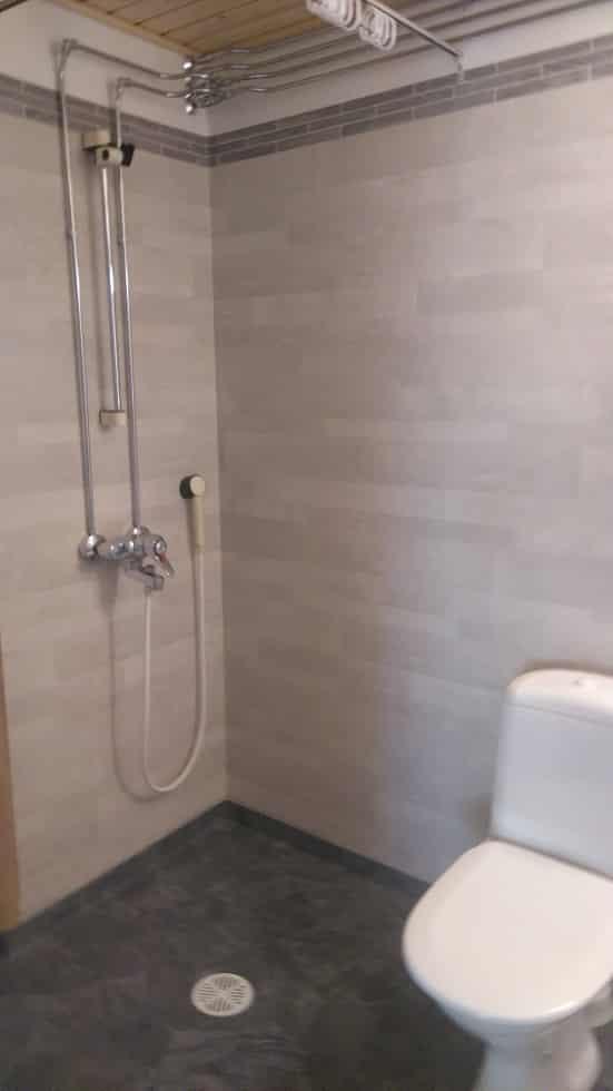 Lapin Sisustuspalvelu Oy Rovaniemi Suihku kylpyhuoneen nurkassa
