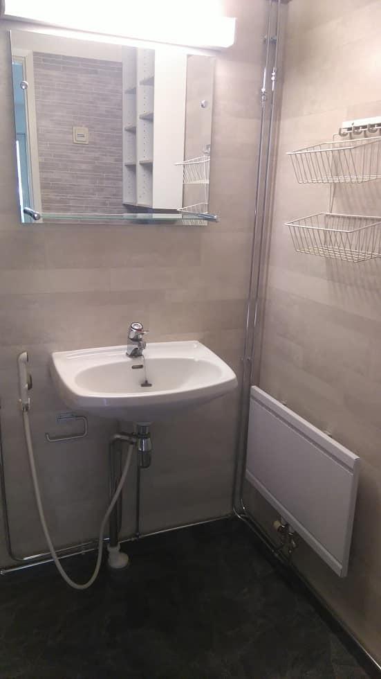 Lapin Sisustuspalvelu Oy Rovaniemi Lavuaari ja peili kylpyhuoneen nurkassa