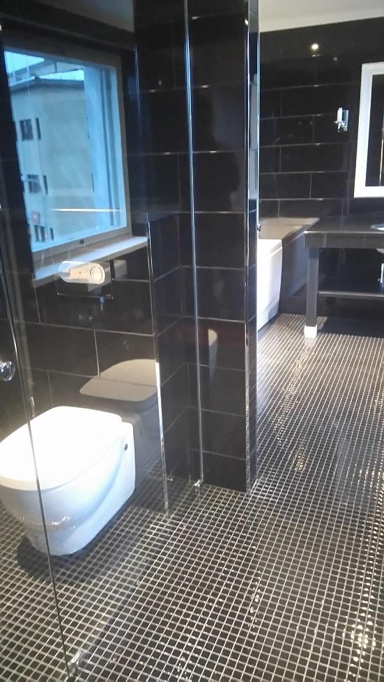 Lapin Sisustuspalvelu Oy Rovaniemi Musta laatoitettu kylpyhuone